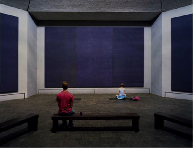 Interior parcial, Rothko Chapel. Imagen adaptada de Paul McClure en Wondering Fair.